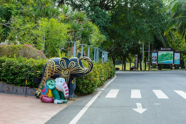 싼야, 하이난, 중국 - 2020년 2월 20일: 불교 중심지 난산의 영토에 있는 코끼리 석상.
