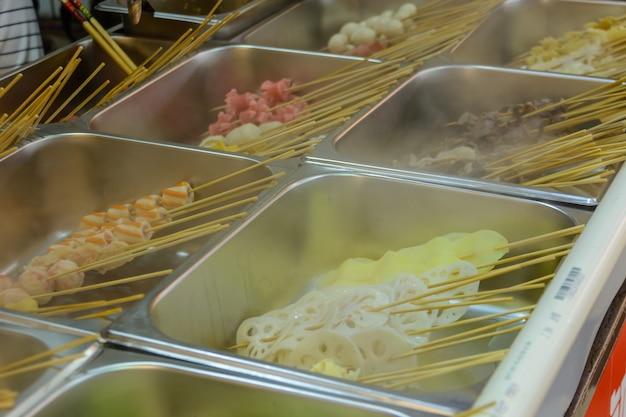 싼야, 하이난/중국 - 2020년 1월 7일: 중국 길거리 음식. 거리 거래. 중국 하이난성 싼야의 아시아 해산물 시장에서 중국의 신선한 해산물. 비문: 이름 음식.
