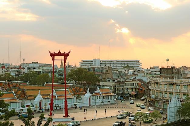 タイのバンコク旧市街にあるサンチンチャジャイアントスウィングとワットスタットテプワララム寺院