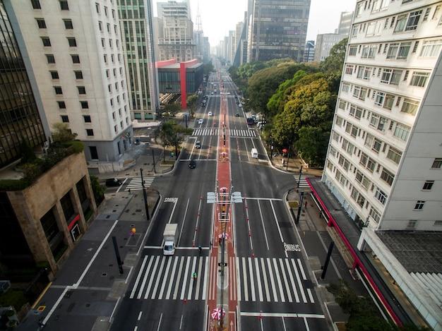 Сан-паулу, бразилия. вид с воздуха на авеню паулиста, в городе сан-паулу