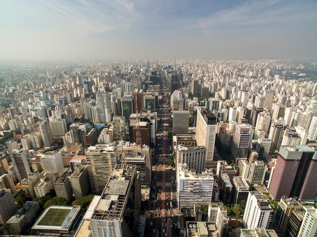 サンパウロ、ブラジル。サンパウロ市のパウリスタ通りの空撮
