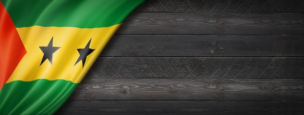검은 나무 벽에 상투 메 프린시 페 플래그입니다. 파노라마.