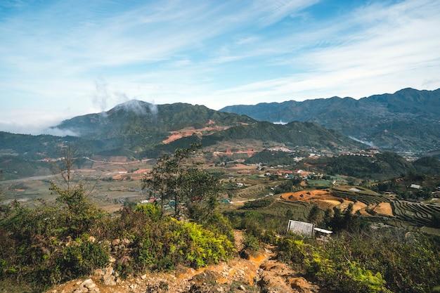 サパ、ベトナム。ホアンリエン国立公園。冬の終わり、春の初め。山の棚田。
