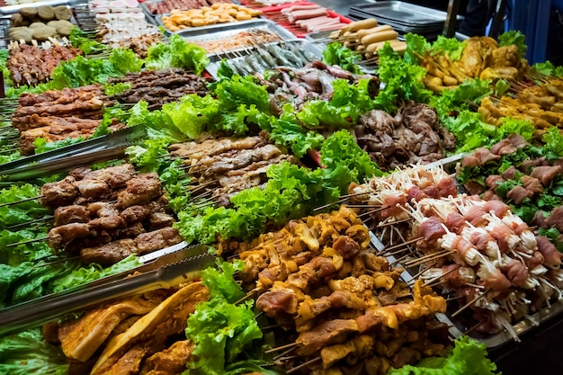 Sapa, vietnam, 2014년 9월 13일 : 바베큐 고기 - 베트남 sapa 지역의 유명한 베트남 음식 바베큐 레스토랑의 여러 동물성 고기 성분