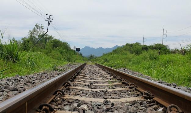 Saraburi、タイの丘の上の鉄道路線。
