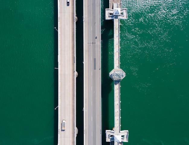 Мост сарасин пхукет таиланд. сцена с высоты птичьего полета автомобильного транспорта моста сарасин на морской воде. на пхукете, таиланд.