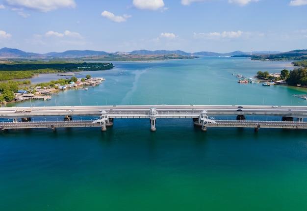 Мост сарасин пхукет таиланд. аэрофотоснимок моста сарасин шоссе автомобильного транспорта на морской воде