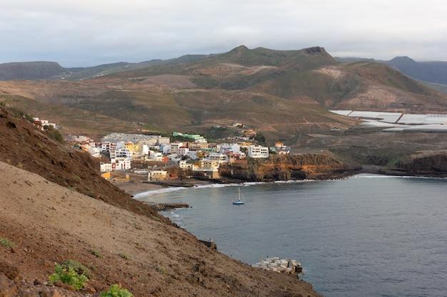 Небольшая деревня сардина-де-гальдар, окруженная засушливыми горами на севере острова гран-канария, испания