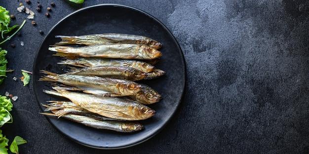イワシのスプラットの燻製または塩漬け魚のシーフードサバの食事