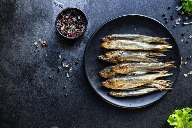 イワシのスプラットの燻製または塩漬けの魚のシーフードミール