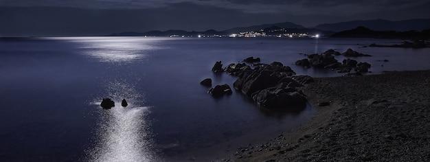 Ночной пляж сардинии, изображение баннера с копией пространства
