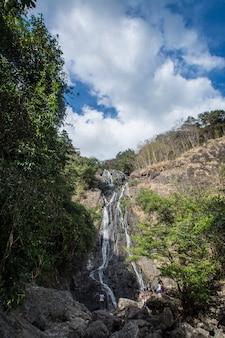 Водопад сарика. он находится в сарике, накхоннайок, таиланд,