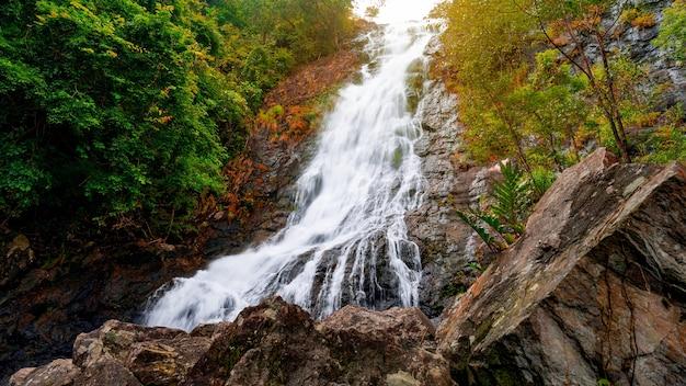 Водопад сарика со скалами на переднем плане красивый водопад в накхоннайоке, таиланд.