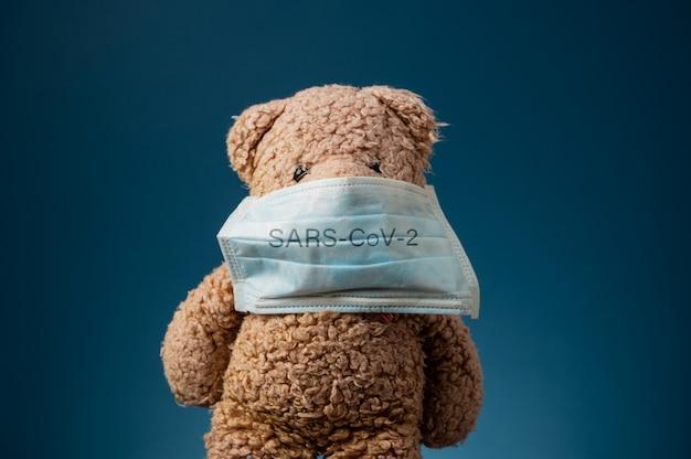 Sars-cov-2保護マスク付きのテディベア