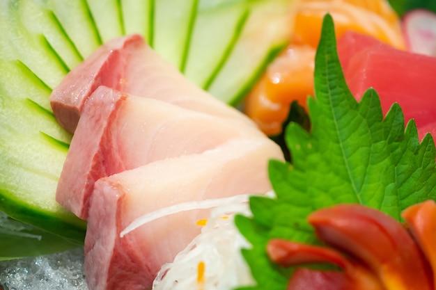 생선회 믹스 세트에는 연어, 참치, 사바, 타이, 타코 및 호키 가이가 포함됩니다.