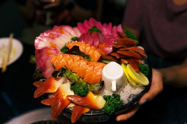 레스토랑에서 접시에 담은 생선회 생선 필레