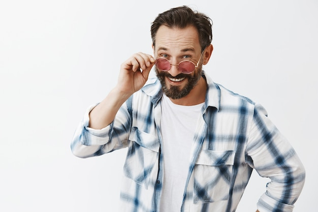 Нахальный бородатый зрелый мужчина позирует