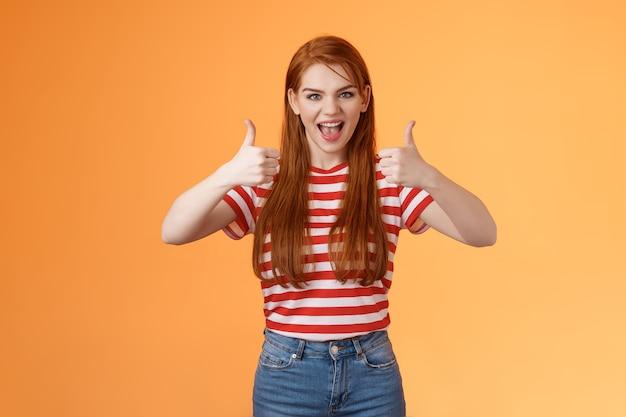 건방진 반항적 인 야생 빨간 머리 멋진 소녀가 즐거운 시간을 보내고 멋진 파티 쇼 만족스러운 제스처를 좋아합니다.