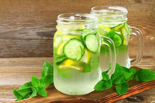 콧물. 오이, 레몬, 생강, 민트와 신선한 시원한 물. 해독과 체중 감량.