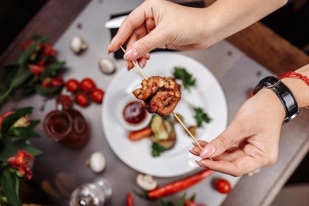 サテまたはサテ、串焼き、肉のグリル、ピーナッツソース、キュウリ、ケツパット、マレーシアまたはインドネシア料理。鶏肉。辛くて辛いマレーシア料理、アジア料理。