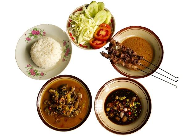 Sate klatak 또는 klatak satay, 흰색 배경에 있는 인도네시아 족자카르타의 전통 염소 사테