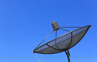 青空の背景に衛星通信ディスク