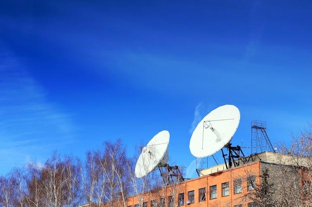 Спутниковая антенна на крыше.