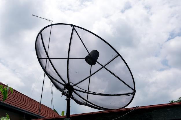 家の屋上にある衛星放送受信アンテナ。