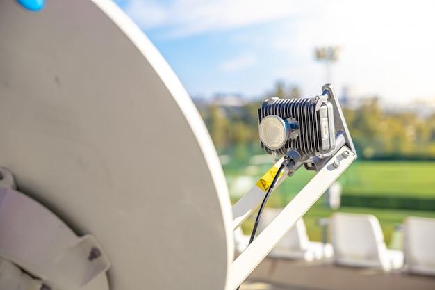 위성 접시는 텔레비전이나 인터넷을 위해 위성으로부터 신호를 수신합니다.