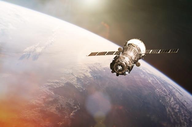 지구 배경의 우주로 위성 발사