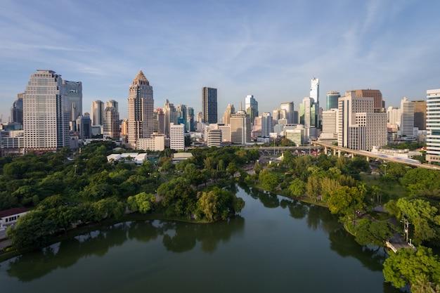 Горизонт города бангкока таиланда на центральном финансовом районе дневного света улицы sathorn в утре.