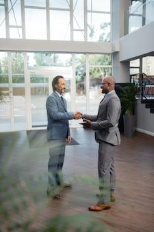 交渉後満足。プロジェクトについての交渉の後に満足している成功した実業家