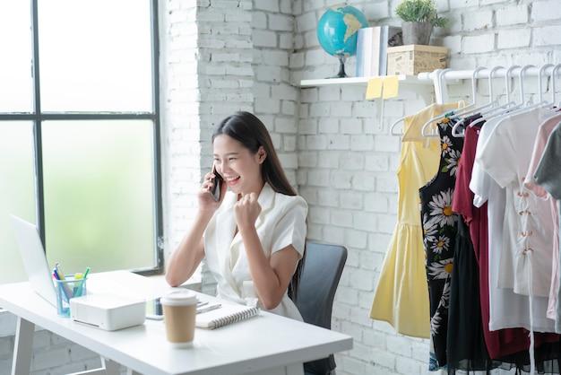 Удовлетворенная азиатская женщина с успехом продаж