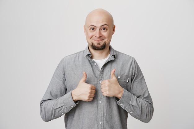 ハゲの中年の顧客の親指を立てて満足
