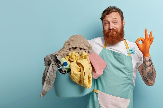 Довольный бородатый рыжеволосый мужчина делает знак согласия, показывает знак одобрения, говорит, что все под контролем