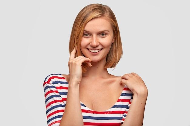 Довольная кавказская женщина с короткими светлыми волосами