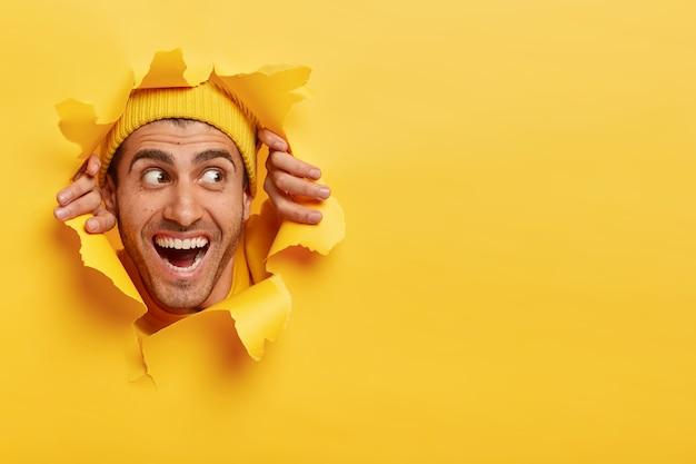 広い歯を見せる笑顔で満足した陽気な男