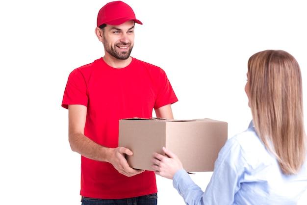 背面から箱を受け取るオンライン配達の満足したクライアント