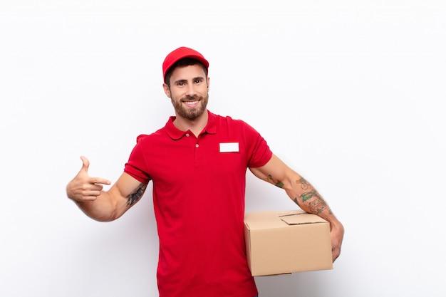 Довольный доставщик держит коробку