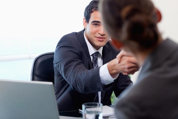 Удовлетворенный менеджер беседует с женщиной-заявителем