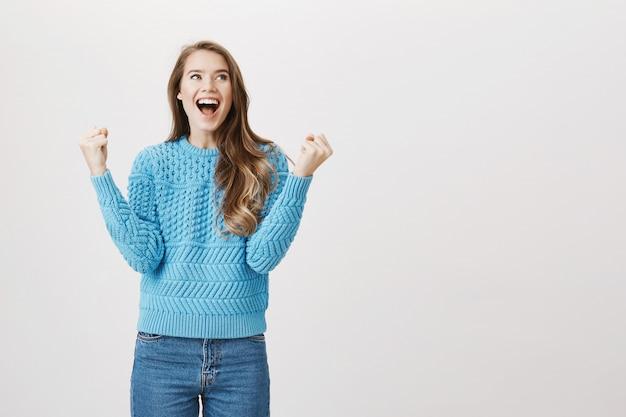 Удовлетворенная женщина кулаком и счастливым пением