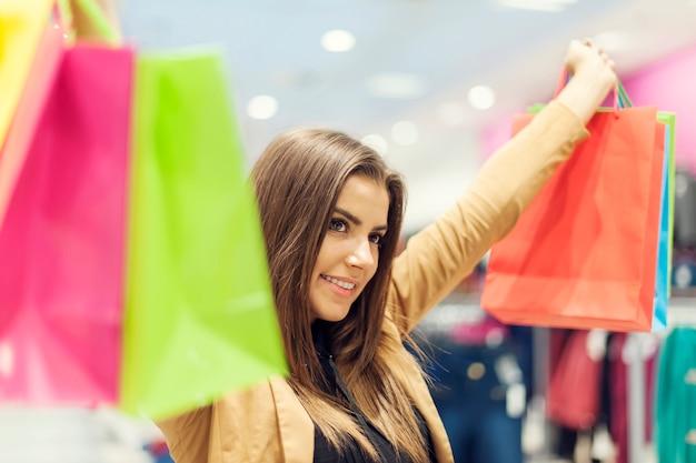 Donna soddisfatta con i sacchetti della spesa