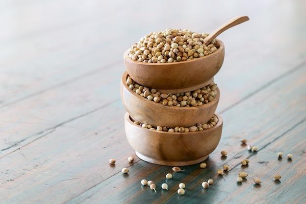 スプーンで木製のボウルに有機乾燥コリアンダーの種子(コリアンダーのsativum)