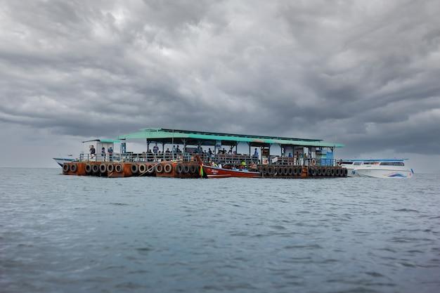 Сатун таиланд туристический транспортный корабль, путешествующий по морю.