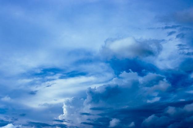 무거운 구름과 포화 된 푸른 하늘