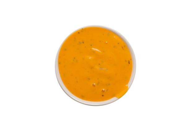 Соус в миске, изолированные на белом фоне. вид сверху.