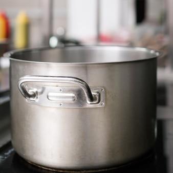 プロのレストランの鍋やその他の台所用品。シェフの小さなヘルパー