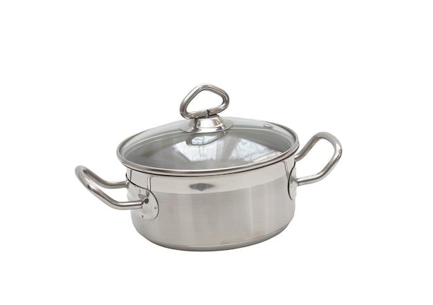 白い背景の上のハンドル、カバーが付いているステンレス鋼から成っている鍋。孤立