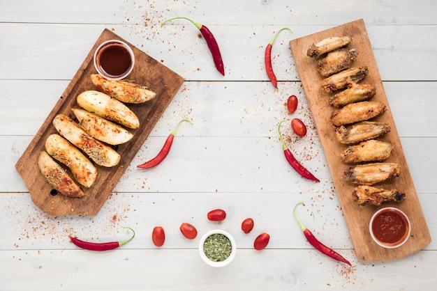 프라이드 치킨과 감자 근처 소스와 향신료
