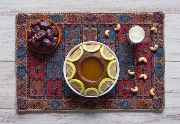 サウジアラビアの伝統料理であるヒネニは、ナツメヤシと全粒小麦の混合物です。ラマダン料理。